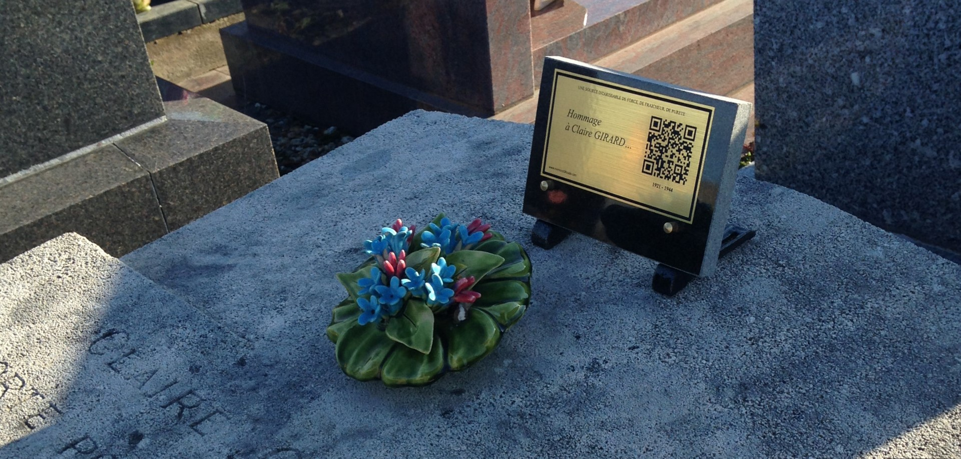 Fleur sur la tombe de Claire Girard
